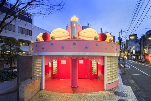 甘ーいお菓子な家…と思ったら公衆トイレ! 大分県がトイレ芸術祭開催