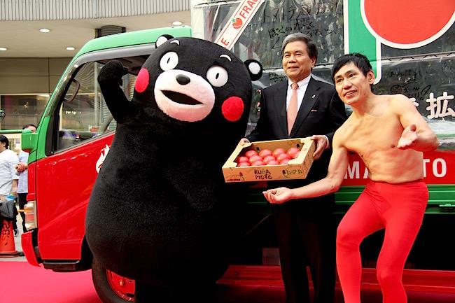 「日本一のトマト」くまモンの本気PRになぜか赤いタイツのあの人登場