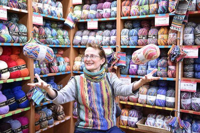 そのカラーリングに、心踊る。 Opal の 毛糸 で繋がる平和と手仕事と輪