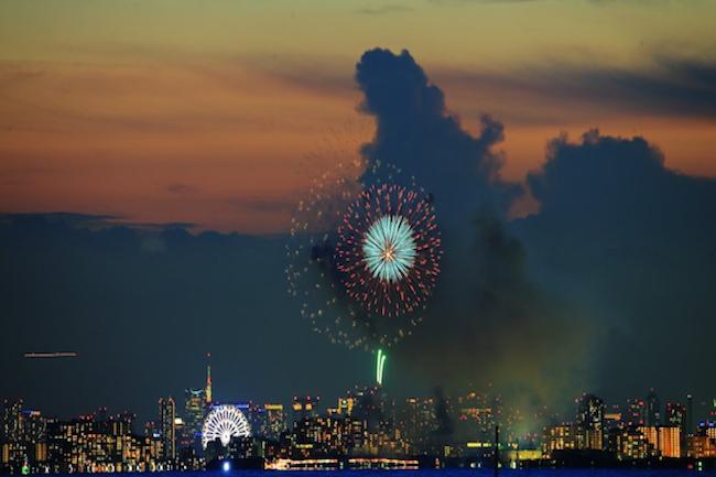 千葉県浦安の花火大会を撮影していたら、「シン・ゴジラ」が出現