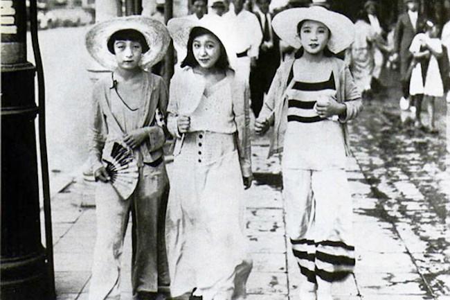 1920年代の大正末期から昭和期に流行ったモボ・モガを知っていますか?「モダン・ボーイ」や「モダン・ガール」の略語で、西洋文化の影響を受けた、いわゆる当時の先端をゆく戦前の日本の若者文化のこと。先鋭的だった大正時代のファッションのことを指します。