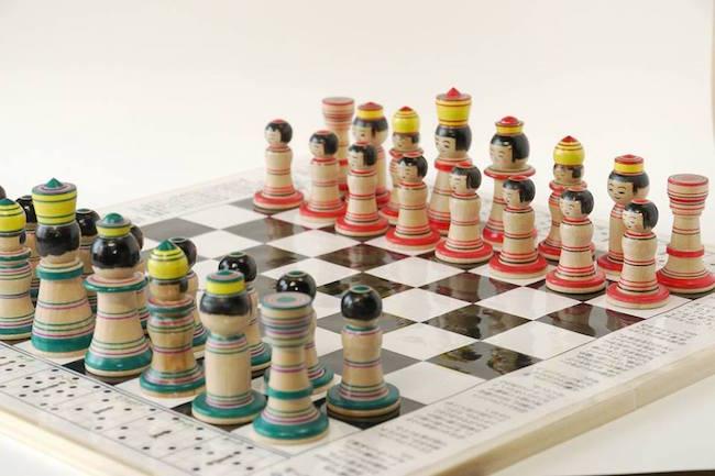 みなさんは、青森県の高校生が考案した、『こけス』をご存知ですか? こけスとは、 駒は「こけし」、ルールは「チェス」 という、斬新なアイデアを実現させた商品です。