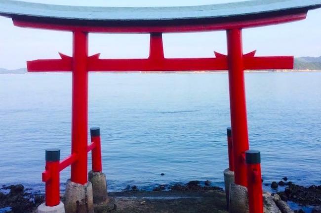 地元民にも謎。広島県三原市の海辺に建てられたミステリアスな鳥居