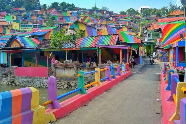 インドネシアの村、カラフルに塗ったら観光客が殺到【世界の街おこし事例】