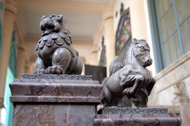 幻獣たちのいるところ。築地本願寺に棲息する摩訶不思議な動物たち