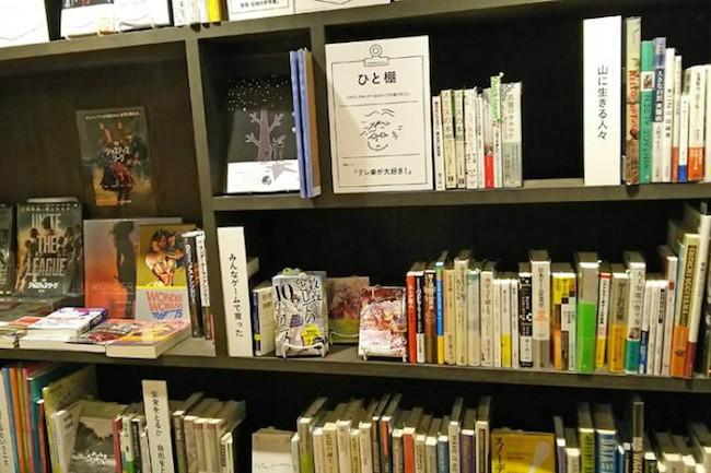 インターネットの普及で、書籍は電子書籍やAmazonで買うという方も増えましたよね。便利になった一方で、街の小さな書店が本が売れず潰れているのも事実です。そんな厳しい書店業界の新しいモデルケースとして注目を集めているのが、青森県八戸市の「八戸ブックセンター」です。八戸市が経営する書店として、話題になっているこのお店。そこにはネットや大手書店にはできない本好きを呼び込む工夫が施されていました。