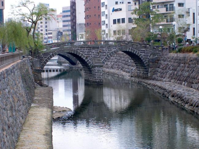 長崎を代表する観光スポットといえば「眼鏡橋」ですよね。独特のアーチ状の構造から国の重要文化財にも指定されている、正に長崎を代表する名所ですが、実は眼鏡橋のかかる中島川周辺は、地元の人達にとっても馴染み深い憩いの場所なのです。今回は眼鏡橋周辺の観光スポットや年間のイベント情報などをまとめて紹介します。