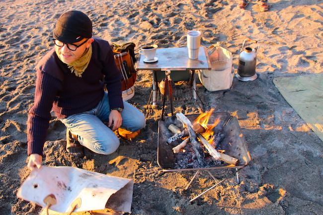 客は1日1組限定。三浦半島のビーチに現れる噂の「焚火カフェ」