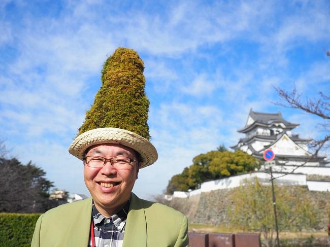 「おはようございモス!」。苔がたっぷりトッピングされた帽子をかぶって現れた泉原さん