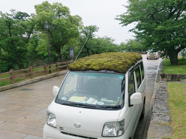 泉原さんが乗るクリーニング集配車の屋根には苔がどっさり。岸和田市は周辺都市で頻繁に目撃され、SNSなどで報告される