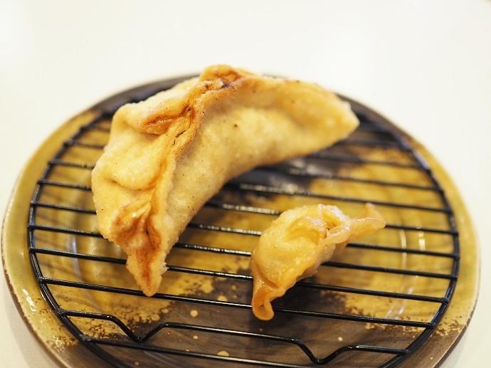 ▲巨大な揚げ餃子「津ぎょうざ」。向かって右が一般的なサイズの揚げ餃子