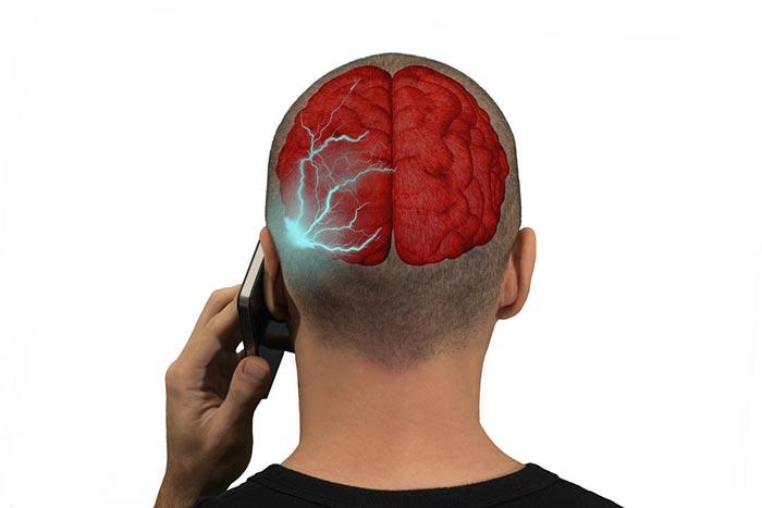 スマホ被曝でガンになる?「通話よりもチャットが安心」米衛生当局が報告=浜田和幸