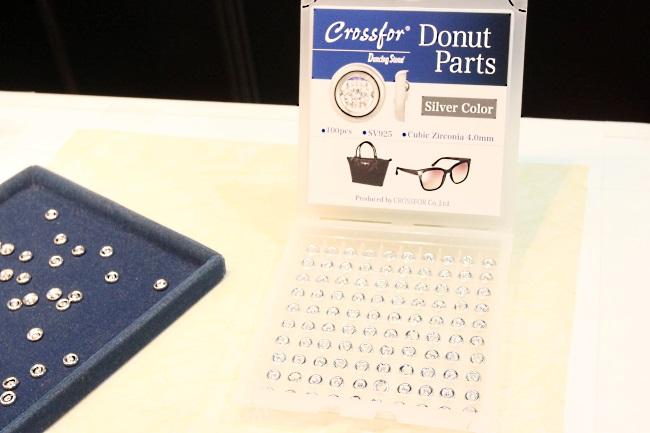 「Dancing Stone」を軸とした世界戦略の1つとなる「Donut Parts」。パーツ化することでメガネやバッグなど様々な商品への取り付けを可能にする製品で、新たなニーズの創出を目指していく