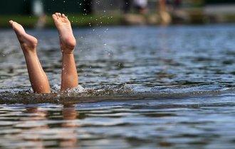 失明の恐れも? 「池で泳いではいけません」の科学的理由