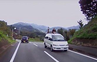 【危険】子どもがミニバンの上に!日本で撮影されたあり得ない驚愕映像