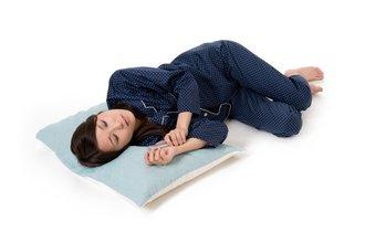 「丸くなって寝る」のは身体に悪い? 寝姿と健康の関係とは