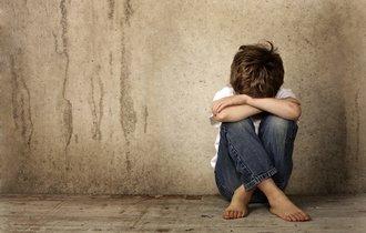 肩こりは子供のSOS。原因不明の筋肉の痛みは心の痛みの可能性も