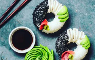 次は寿司ドーナツ。なぜ米国人は、奇抜なグルメを生み出すのか?