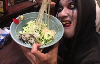盛岡名物じゃじゃ麺と特別カクテル「魔ヒート」を堪能した悪魔が泥酔!