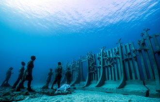 海の底に広がる「美術館」が不気味なほど神秘的