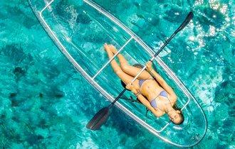 この発想はなかった。船を透明にしたクリスタル・カヤックで水上散策