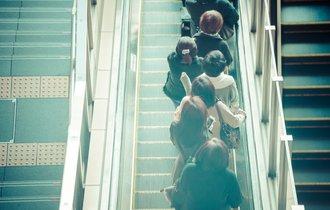 エスカレーターの新マナー「立って2列」にある業界の自己満足