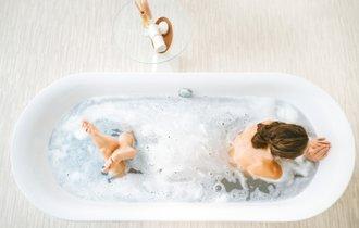100均の「三角定規」なら風呂場のガンコな汚れが嘘のように落ちる