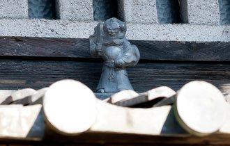 京都の町家の屋根の上。ナゼか「中国の神様」が飾られている謎