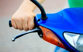 原付きバイクの理不尽な「制限速度30キロ」は、いつまで続くのか?