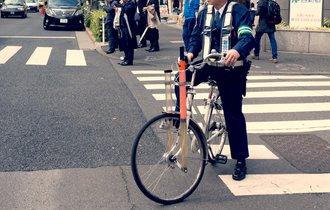 警察官の「自転車逆走」を激写。PTA女性理事の執念が生んだ謝罪