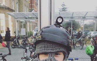 【公開終了・Twitter削除依頼】ロンドンの小学校で見かけた少年の帽子が、想像以上に自由すぎた
