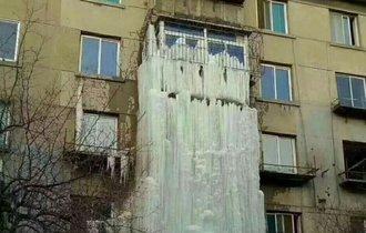 中国の水漏れがヤバい。外が寒すぎ「氷の滝」が出来てたんだが…