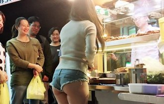 セクシーな姿のお姉さんが台湾の屋台で一日店長したら客殺到!