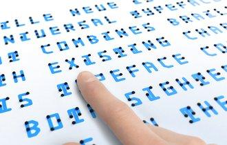 日本人デザイナーが発明した、目でも指でも読める点字がクール!